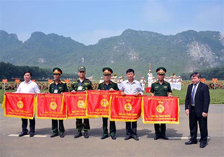 Thứ trưởng Bùi Văn Ga trao cờ của Bộ trưởng Bộ GD&ĐT cho các đoàn đạt giải Nhất, Nhì, Ba toàn đoàn