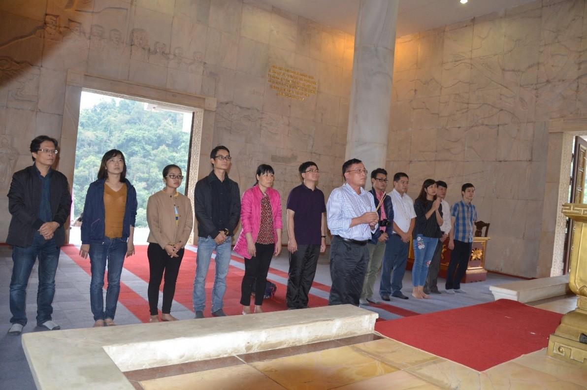 Tập thể đảng viên, cán bộ Tạp chí Giáo dục dâng hương tưởng nhớ Chủ tịch Hồ Chí Minh