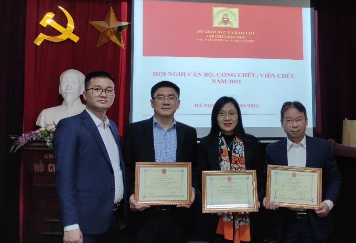 PGS.TS. Nguyễn Tiến Trung trao giấy khen cho các Ban chuyên môn đạt thành tích xuất sắc trong công tác năm 2020