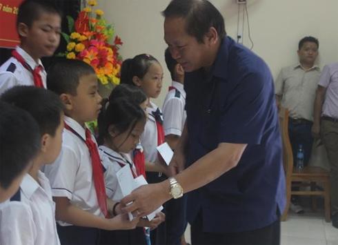 Bộ trưởng Bộ Thông tin và Truyền thông Trương Minh Tuấn trao học bổng cho học sinh nghèo