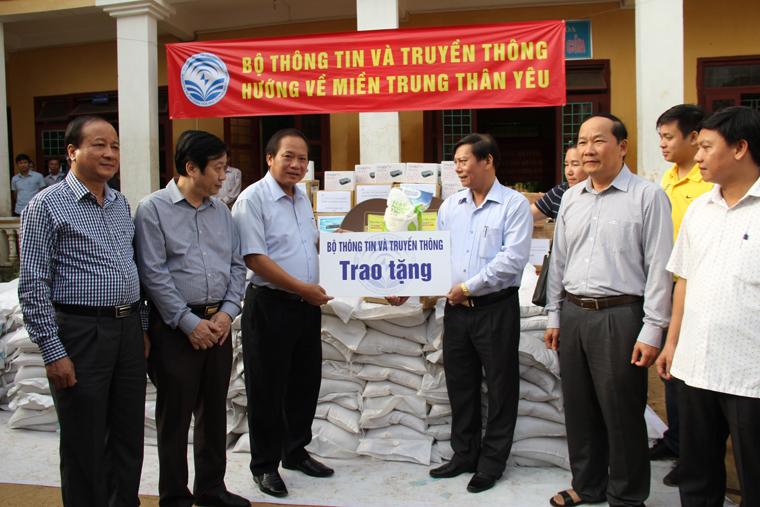 Bộ trưởng Bộ TT&TT Trương Minh Tuấn đến thăm, động viên và tặng quà cho đồng bào tại tỉnh Quảng Bình
