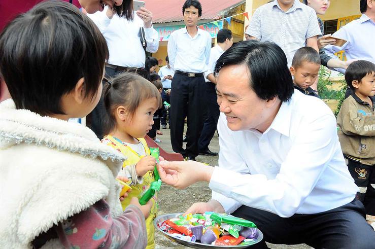Bộ trưởng chia kẹo cho các em tại Trường Mầm non xã Bản Khoang, huyện Sa Pa, Lào Cai.