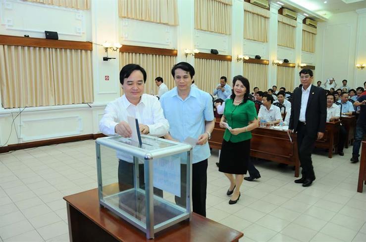 Bộ trưởng Phùng Xuân Nhạ quyên góp ủng hộ đồng bào miền Trung