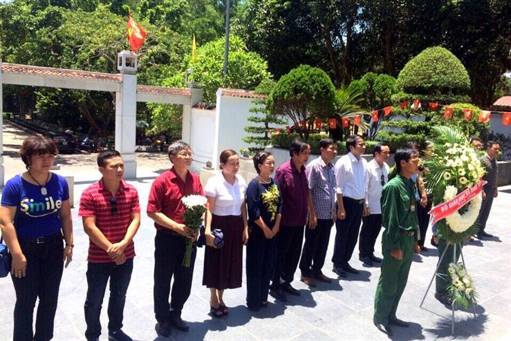 Đoàn công tác dâng hương các anh hùng liệt sĩ