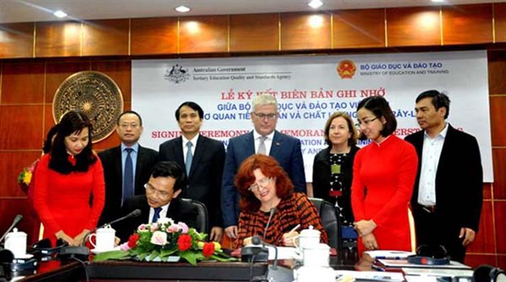 Lễ ký kết diễn ra dưới sự chứng kiến của Thứ trưởng Phạm Mạnh Hùng (hàng 2 thứ 3 từ trái sang) và Đại sứ Australia tại Việt Nam (hàng 2 thứ 4 từ trái sang)