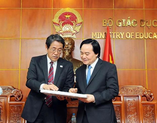 Bộ trưởng Phùng Xuân Nhạ nhận quà lưu niệm của Đại sứ Umeda Kunio