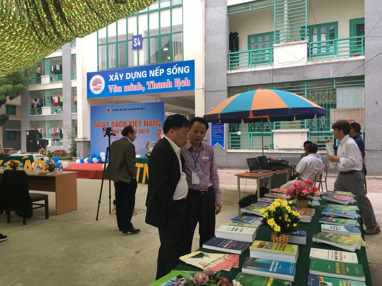 Ảnh 1. TS. Lê Thanh Oai, Tổng Biên tập Tạp chí Giáo dục thăm và làm việc với Đại học Sư phạm Hà Nội 2 tại Ngày Hội sách