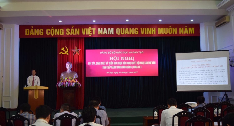 Đồng chí Nguyễn Hữu Nghĩa, Ban Kinh tế Trung ương, báo cáo tại Hội nghị