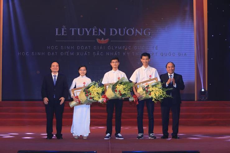 Thủ tướng Nguyễn Xuân Phúc và Bộ trưởng Bộ GD&ĐT Phùng Xuân Nhạ trao tặng Huân chương Lao động hạng Ba cho 3 em học sinh có thành tích hai năm liên tiếp đoạt HCV tại các kỳ Olympic khu vực và quốc tế