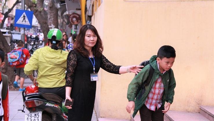 Cô hiệu trưởng Lê Minh Sơn và tập thể cán bộ, giáo viên, nhân viên Trường Tiểu học Tràng An (Hà Nội) đều đặn mỗi sáng có mặt từ sớm để đón học sinh vào lớp. Ảnh Vietnamnet