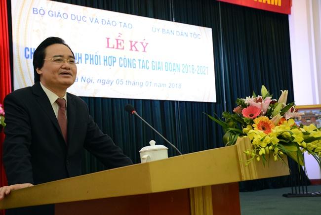 Bộ trưởng Phùng Xuân Nhạ nhấn mạnh, phát triển giáo dục vùng dân tộc cần có giải pháp gốc rễ. Hiện nay, các vùng dân tộc vẫn còn nhiều khó khăn như: Nguồn lực về giáo viên; cơ sở vật chất và nguồn lực tài chính.