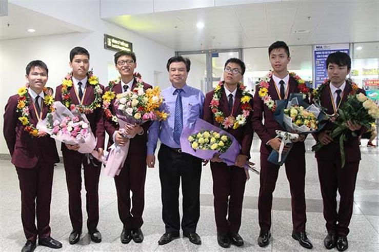 Thứ trưởng Nguyễn Hữu Độ tặng hoa chúc mừng đoàn học sinh Việt Nam tham dự Olympic Toán quốc tế 2018