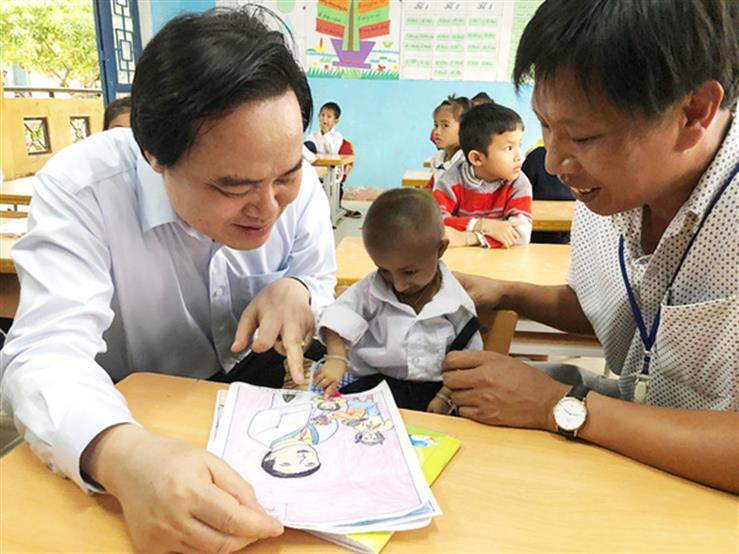 Bộ trưởng Phùng Xuân Nhạ thăm cậu học trò tí hon Đinh Văn K'Rể