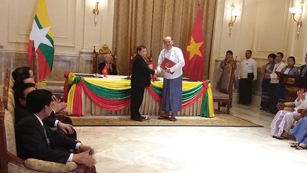Thứ trưởng Bộ Giáo dục và Đào tạo Bùi Văn Ga và Thứ trưởng Bộ Giáo dục Myanma U Win Maw Tun ký kết Bản ghi nhớ về hợp tác giáo dục giữa hai nước