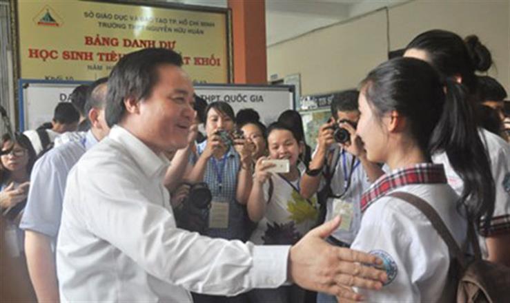 Bộ trưởng Phùng Xuân Nhạ động viên thí sinh tại điểm thi Trường THPT Nguyễn Hữu Huân