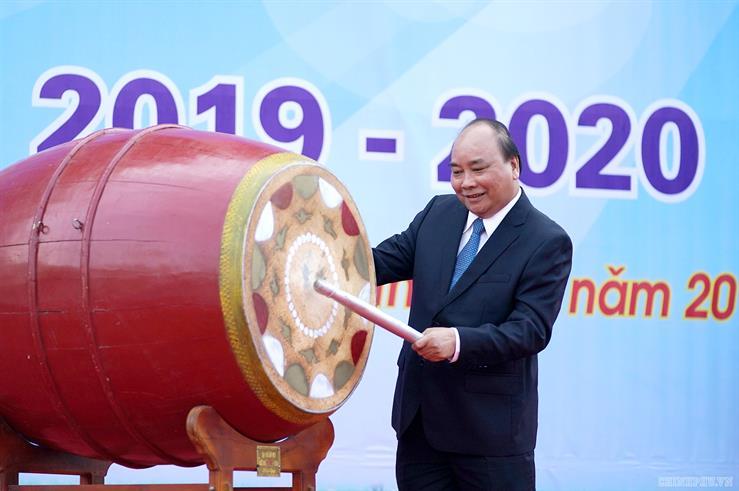 Thủ tướng Nguyễn Xuân Phúc đánh trống khai giảng năm học 2019-2020 tại Trường THPT Sơn Tây (Thị xã Sơn Tây, Hà Nội)